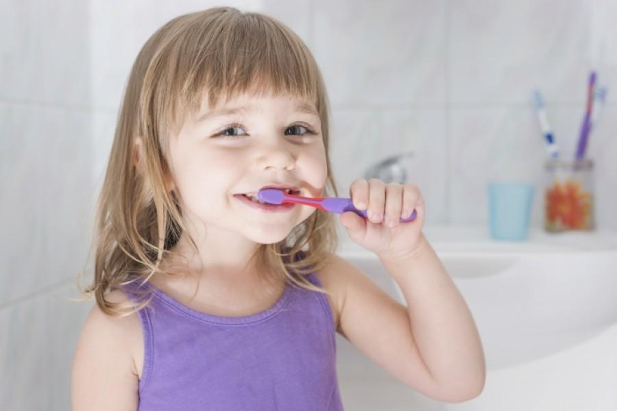 Как и когда ухаживать за молочными зубками?