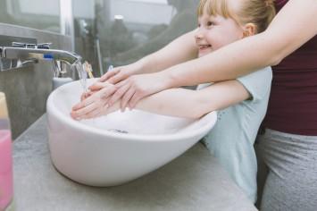 Защита от вирусов: как приучить ребенка правильно мыть руки