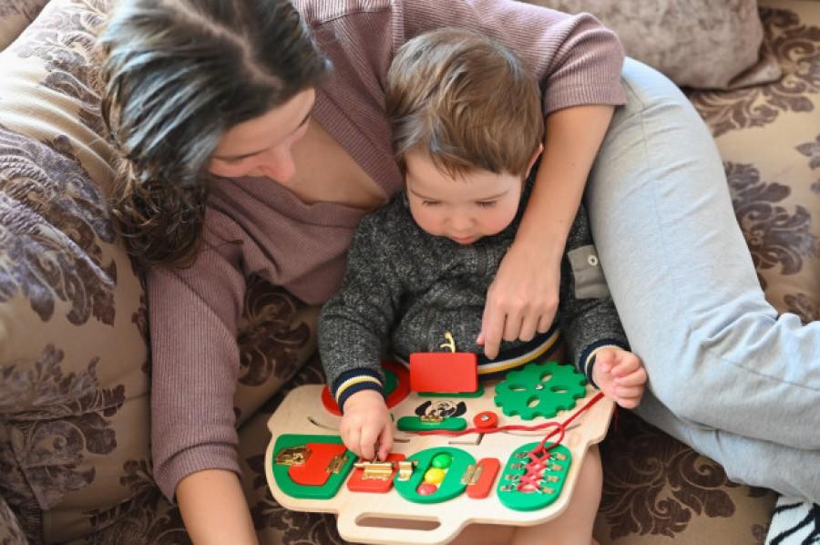 Лучшая игрушка для малышей: польза бизибордов и развивающих досок