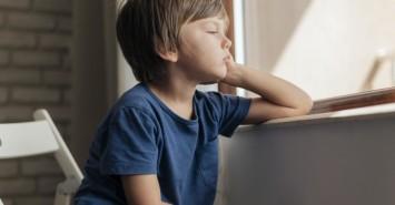 Признаки стресса у ребенка: что делать и как помочь