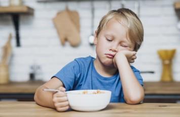 «Ложечку за маму, ложечку за папу»: фразы, которые лучше не говорить ребенку во время еды