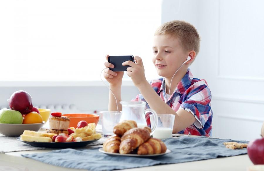 Как сделать так, чтобы ребенок не сидел в телефоне за столом: 3 действенных совета