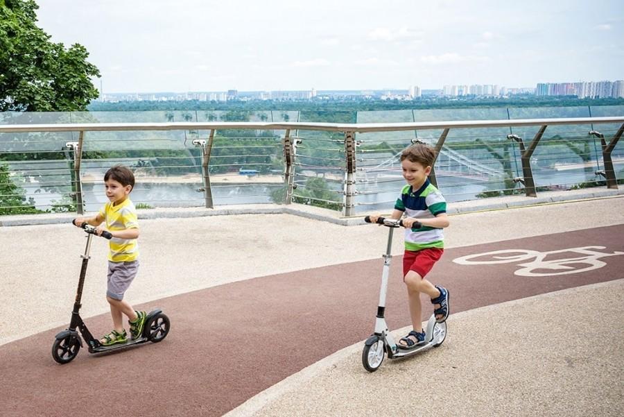 Самокат или велосипед: что лучше купить ребенку?