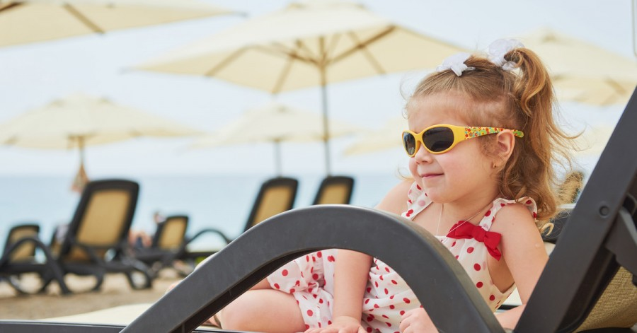 Лето в разгаре: скрытые опасности, от которых нужно защитить ребенка в жару