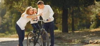 Активное лето: как научить ребенка кататься на роликах и велосипеде